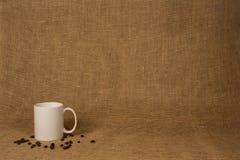 Fondo de la taza de café - taza y habas blancas Fotografía de archivo libre de regalías