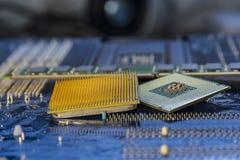 Fondo de la tecnología con textura azul de la placa de circuito del concepto de la CPU de los procesadores del ordenador Imagen de archivo libre de regalías