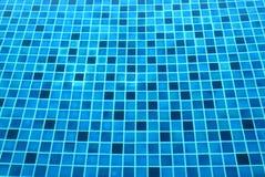 Fondo de la teja azul debajo de la piscina clara Foto de archivo