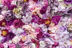 Fondo de la textura de la flor para casarse escena Rosas, peonías y hortensias, flores artificiales en la pared imágenes de archivo libres de regalías
