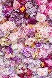 Fondo de la textura de la flor para casarse escena Rosas, peonías y hortensias, flores artificiales en la pared imagen de archivo