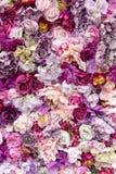 Fondo de la textura de la flor para casarse escena Rosas, peonías y hortensias, flores artificiales en la pared fotos de archivo libres de regalías