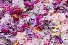 Fondo de la textura de la flor para casarse escena Rosas, peonías y hortensias, flores artificiales en la pared foto de archivo libre de regalías