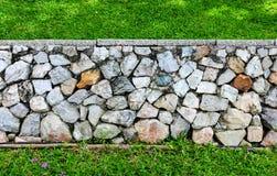 Fondo de la textura de la pared de piedra y de la hierba Fotografía de archivo libre de regalías