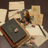 Fondo de la vendimia con los libros, postales, foto Fotografía de archivo