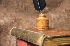 Fondo de la vendimia Libros viejos y tintero imagen de archivo libre de regalías
