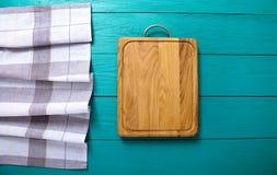 Fondo de la vendimia Mantel de la tabla de cortar y de la tela escocesa en la tabla de madera azul Visión superior y mofa para ar imagenes de archivo