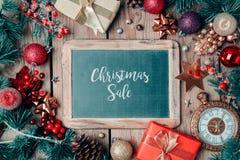 Fondo de la venta de la Navidad con la pizarra y los ornamentos Foto de archivo libre de regalías