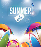 Fondo de la venta del verano con los paraguas y las tablas hawaianas Fotografía de archivo libre de regalías