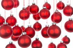Fondo de las bolas de la Navidad sobre blanco con el foco selectivo Fotos de archivo libres de regalías