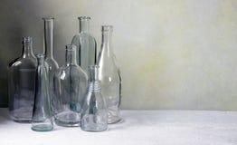 Fondo de las botellas de cristal imagenes de archivo