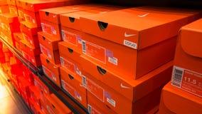 Fondo de las cajas de zapatos apiladas de Nike Fotos de archivo