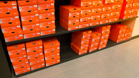 Fondo de las cajas de zapatos apiladas de Nike Fotografía de archivo libre de regalías