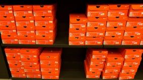 Fondo de las cajas de zapatos apiladas de Nike Foto de archivo