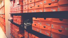 Fondo de las cajas de zapatos apiladas de Nike Fotos de archivo libres de regalías