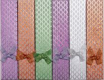Fondo de las cajas de regalo coloreadas con los arcos Imagenes de archivo