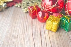 Fondo de las cajas y de las bolas de regalo de la Navidad en textura de madera Imágenes de archivo libres de regalías