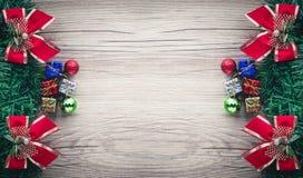 Fondo de las cajas y de las bolas de regalo de la Navidad en textura de madera Imagenes de archivo