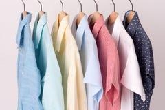 Fondo de las camisas que cuelgan en una suspensión Fotografía de archivo