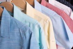 Fondo de las camisas que cuelgan en una suspensión Imagenes de archivo