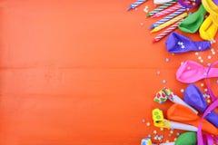 Fondo de las decoraciones del partido del feliz cumpleaños foto de archivo libre de regalías