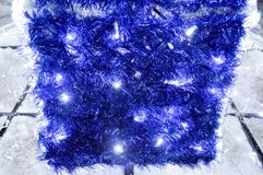 Fondo de las decoraciones de la Navidad, linternas, luces, guirnaldas, lluvias azules Fotografía de archivo