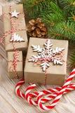 Fondo de las decoraciones de la Navidad o del Año Nuevo con los conos del pino, las ramas del abeto, las cajas de regalo y el car Imagen de archivo libre de regalías