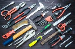 Fondo de las diversas herramientas en el banco de trabajo de madera Visión superior imagenes de archivo