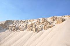 Fondo de las dunas de la puesta del sol y de los cielos azules Fotos de archivo
