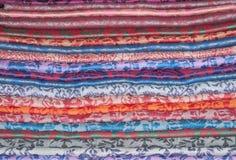 Fondo de las estolas coloridas del este apiladas Fotos de archivo