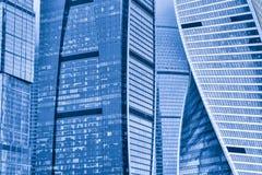 Fondo de las fachadas de rascacielos fotos de archivo