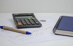 Fondo de las finanzas con datos y la calculadora del mercado Foto de archivo