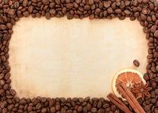 Fondo de las habas del café sólo, de las especias y del papel viejo Fotografía de archivo libre de regalías