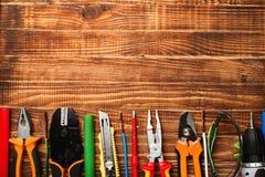 Fondo de las herramientas profesionales del electricista con el espacio para el texto fotos de archivo libres de regalías