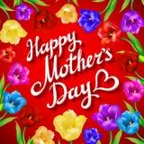 Fondo de las letras del vintage del día de madres Ramo hermoso de tulipanes y de tarjeta coloridos en fondo rojo libre illustration