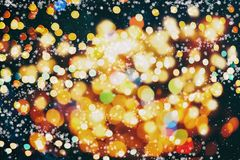Fondo de las luces de bulbos del brillo que brilla: falta de definición del concepto de las decoraciones del papel pintado de la  Foto de archivo libre de regalías