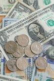 Fondo de las monedas de los billetes de dólar Fotos de archivo