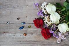 Fondo de las rosas rojas y blancas Fotografía de archivo