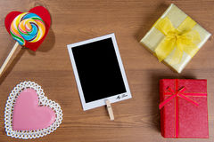 Fondo de las tarjetas del día de San Valentín con el caramelo y el regalo foto de archivo libre de regalías