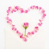 Fondo de las tarjetas del día de San Valentín Símbolo del corazón Pétalos de rosas y de tarjetas de papel del vintage en el fondo Foto de archivo libre de regalías