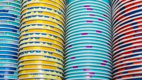 Fondo de las tazas de papel coloreadas apiladas Fotos de archivo libres de regalías