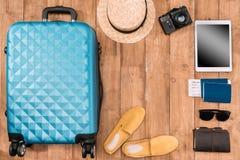 Fondo de las vacaciones de verano con los accesorios del viaje equipaje cerrado, zapatos, dispositivos digitales y pasaportes Foto de archivo libre de regalías