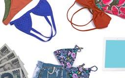 Fondo de las vacaciones de verano, ropa del verano de la mujer, bikini y sho Fotografía de archivo libre de regalías