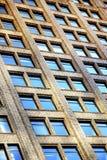 Fondo de las ventanas del edificio de oficinas Imagen de archivo