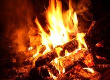 Fondo de llamas y de ascuas que brillan intensamente Fotos de archivo