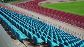 Fondo de los asientos azules vacíos en un estadio, visión trasera almacen de video