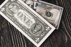 Fondo de los billetes de dólar ciento y uno en fondo de madera oscuro Foto de archivo libre de regalías