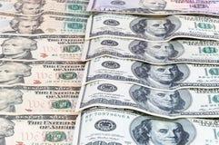 Fondo de los billetes de banco del dólar que ponen en fila Imagen de archivo