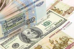 Fondo de los billetes de banco rusos y americanos Imagen de archivo
