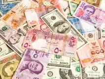 Fondo de los billetes de los diversos pa?ses Dinero en circulaci?n global imagenes de archivo